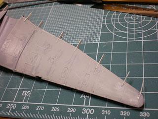 主翼ヒンジ用プラ板接着後
