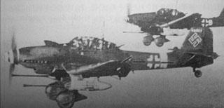 飛行中のルーデル機写真